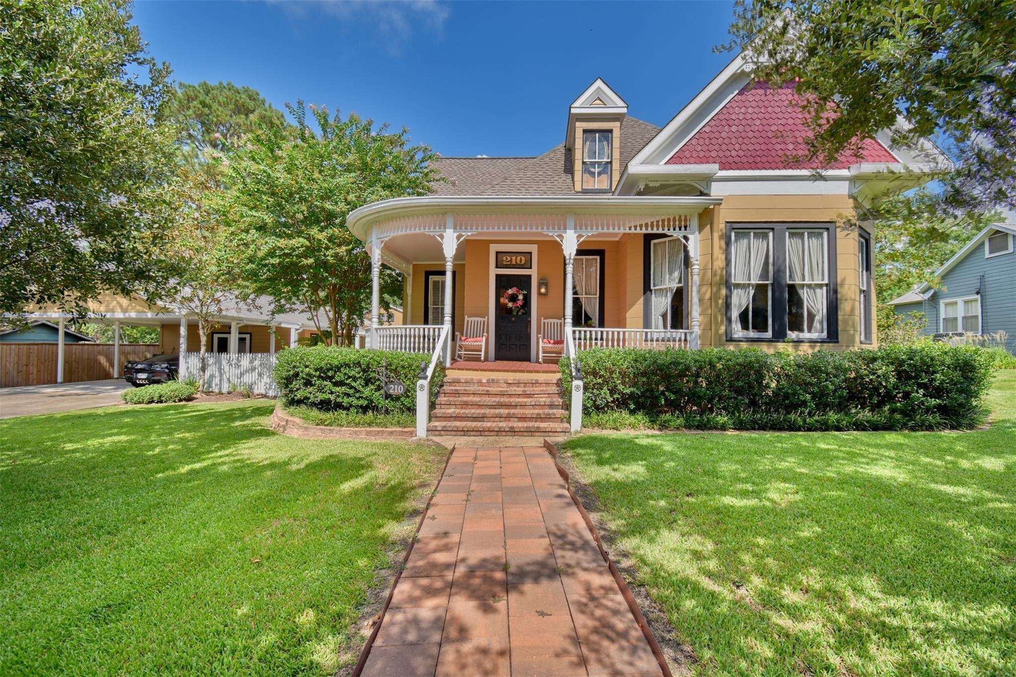 210 S Bell Street Property Photo 1