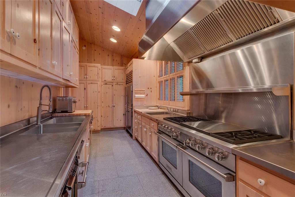 1061 Lakeshore Boulevard Property Photo 11