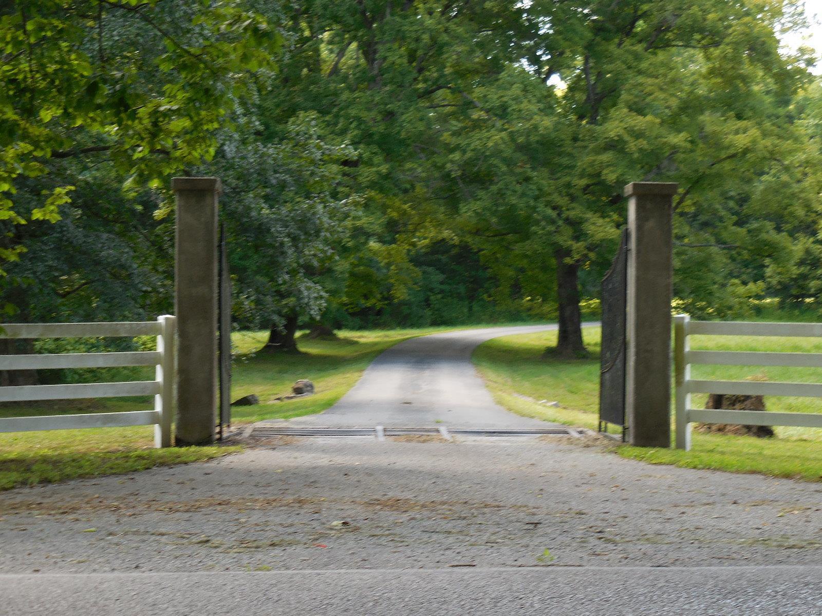 898 Elmwood Lane Property Photo 4