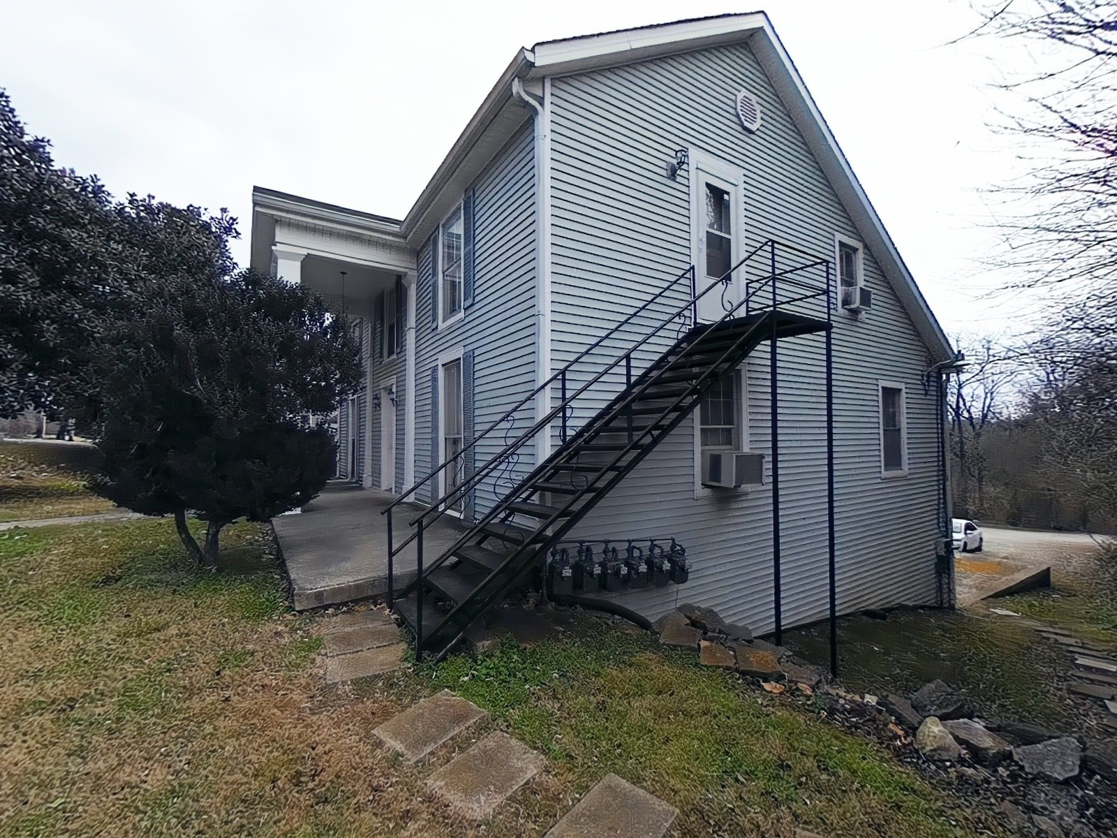 613 W 7th St Property Photo 3