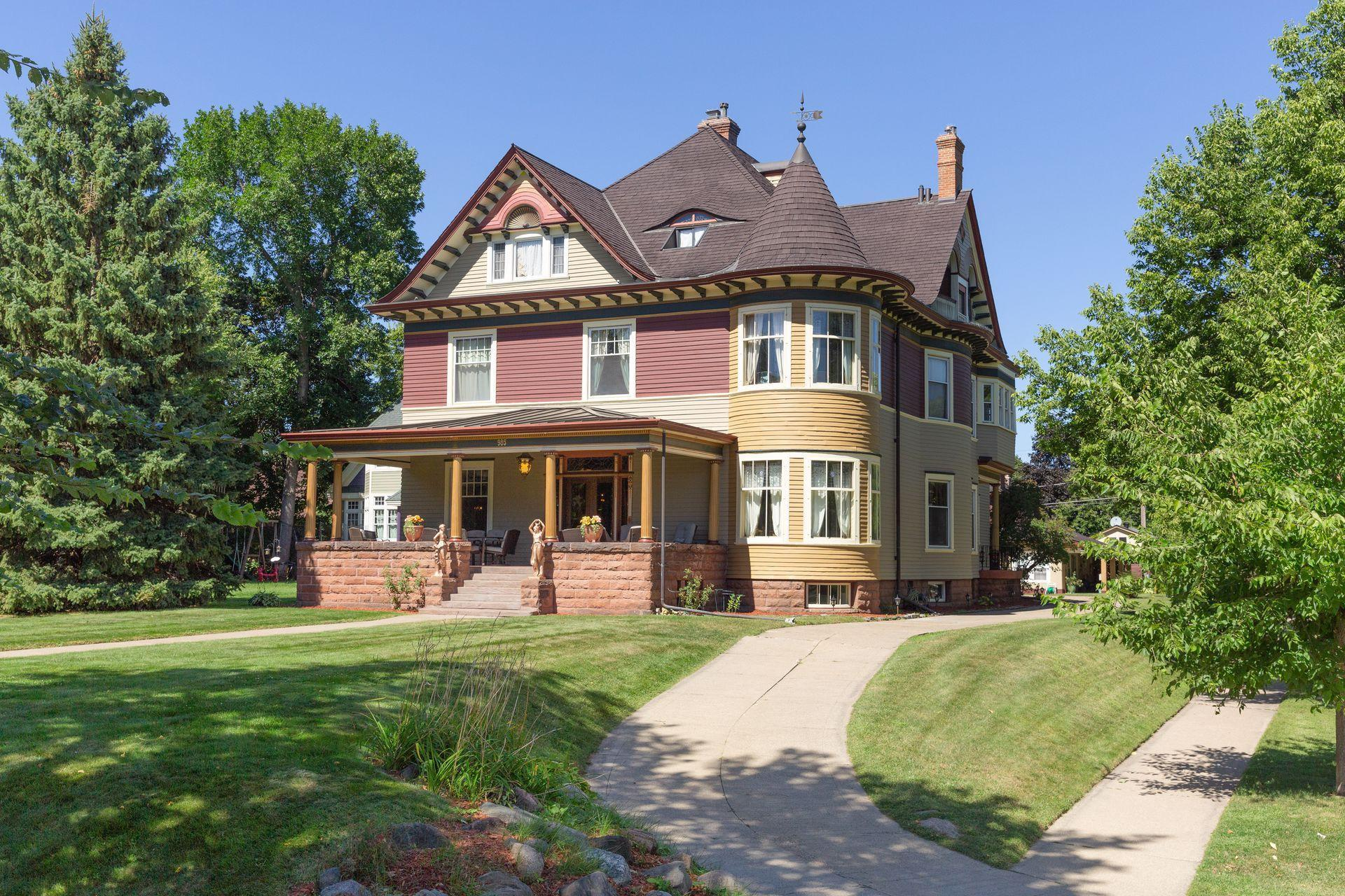 985 Summit Avenue Property Photo 1