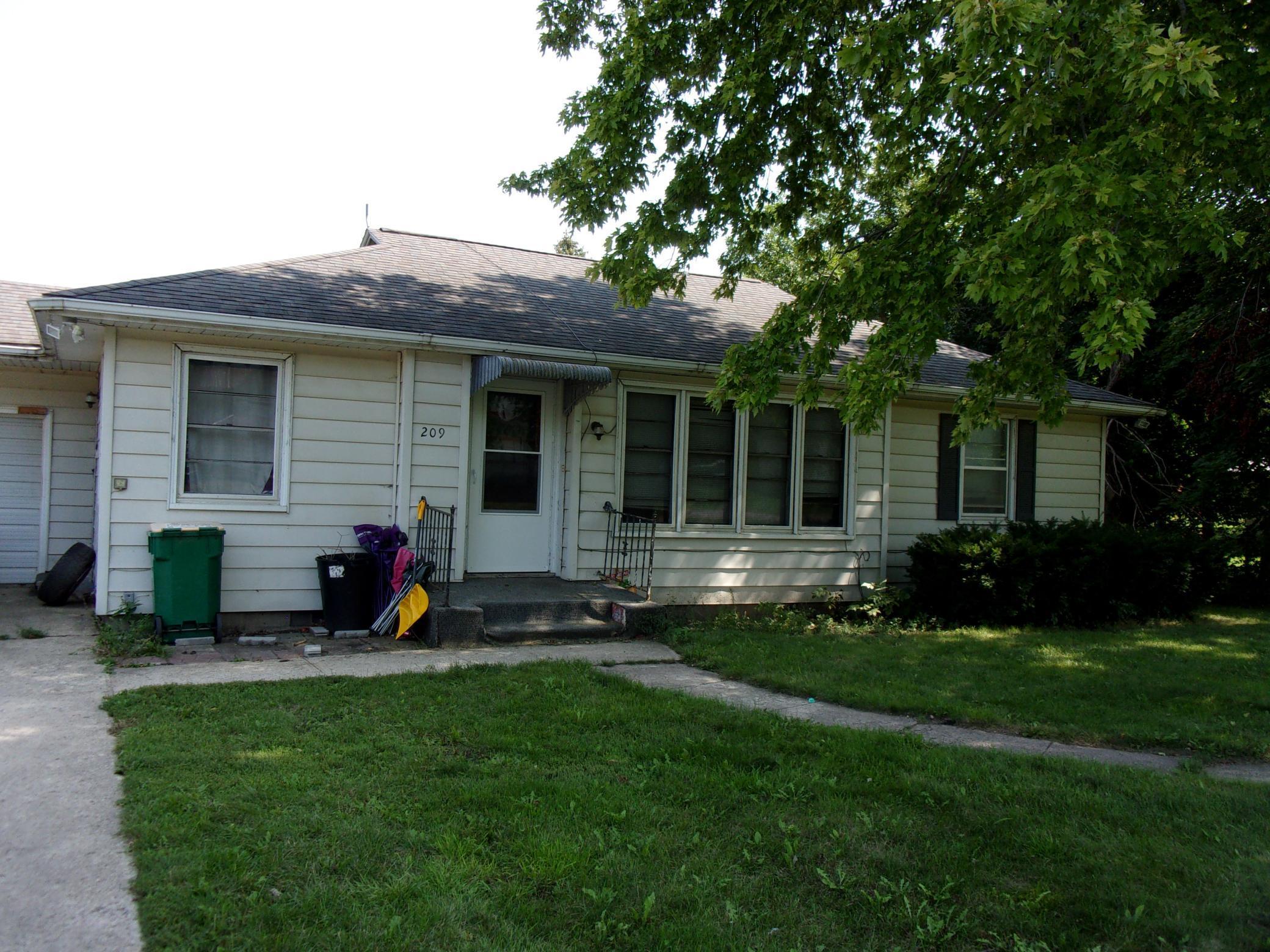 209 N Clark Street Property Photo