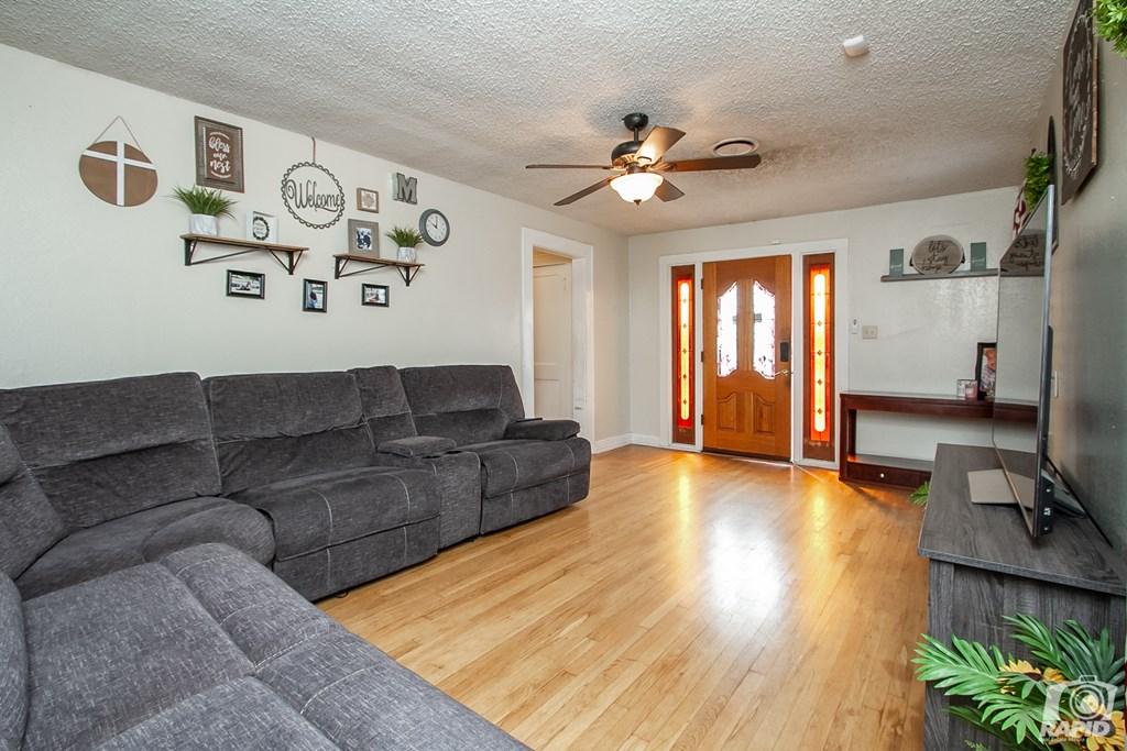906 N Jefferson St Property Photo 3
