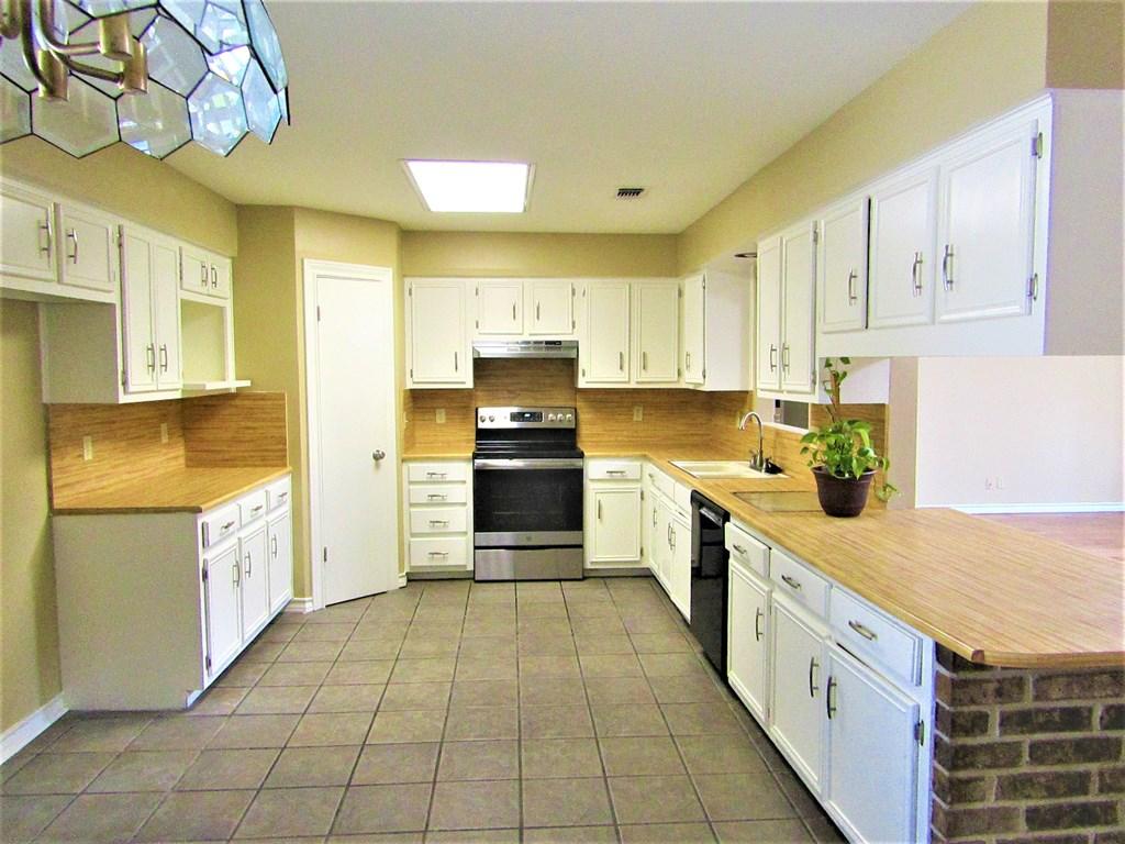 110 Oakwood St Property Photo 1
