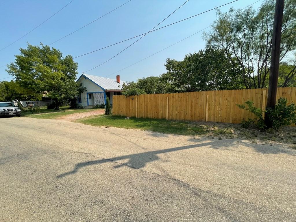 711 S Neches Property Photo 1