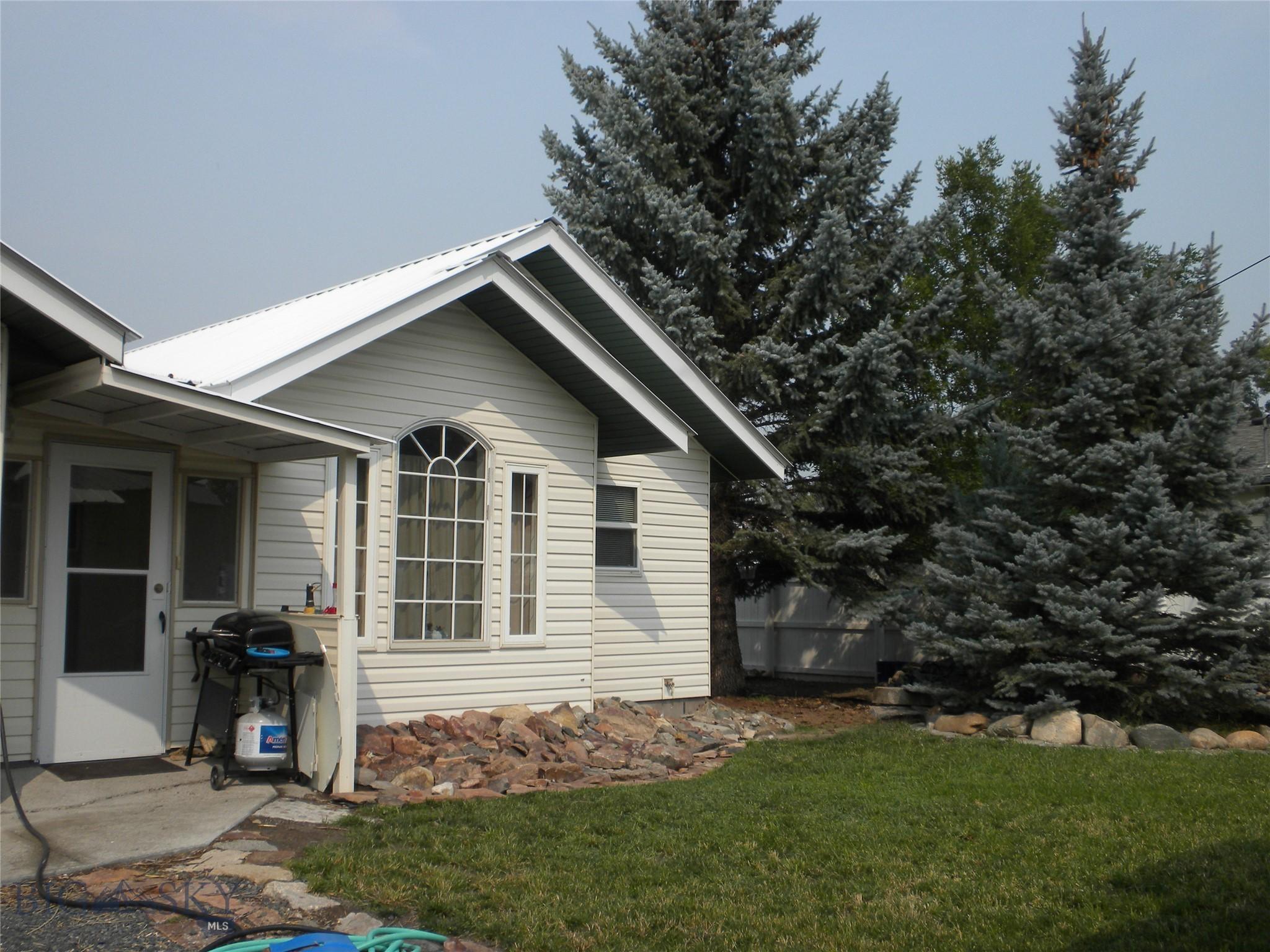306 1st W Property Photo